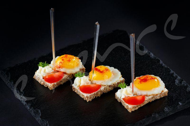 Яйце от Пъдпъдък с Чери Домат Върху Канапе от Черен Немски Бред – 30 бр.