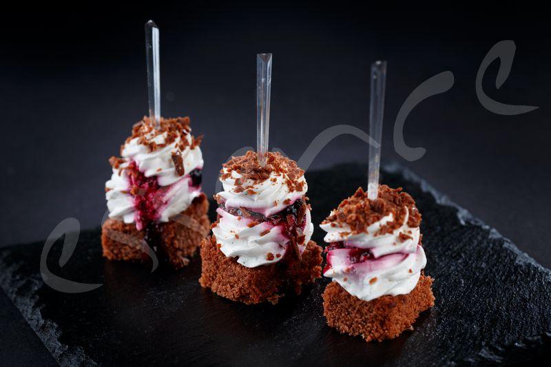 Брауни хапка с боровинки и маскарпоне – 30 бр.